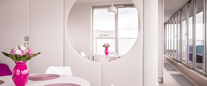 Aplicação de espelhos em ambientes pequenos