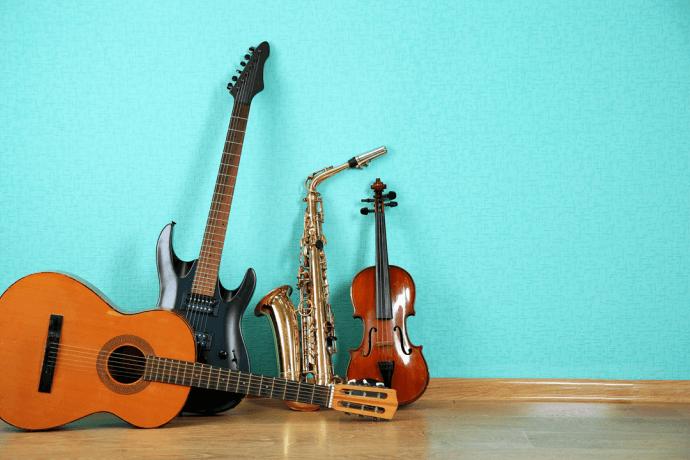 Instrumentos musicais espalhados pela casa